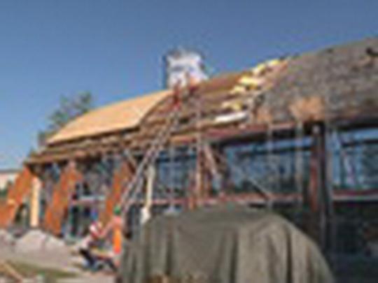 Opravují střechu aquacentra