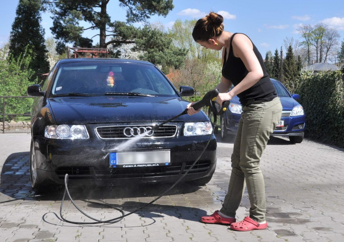 Je možné před garáží oplachovat své vozidlo vodou z hadice, pokud vozidlo není znečistěno ropnými látkami a nemyje se motor ani podvozek?
