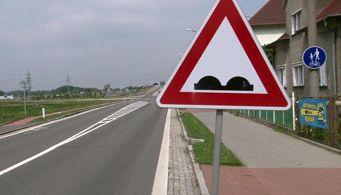 Na nerovnosti vozovky ve Slezské ulici upozorňují značky