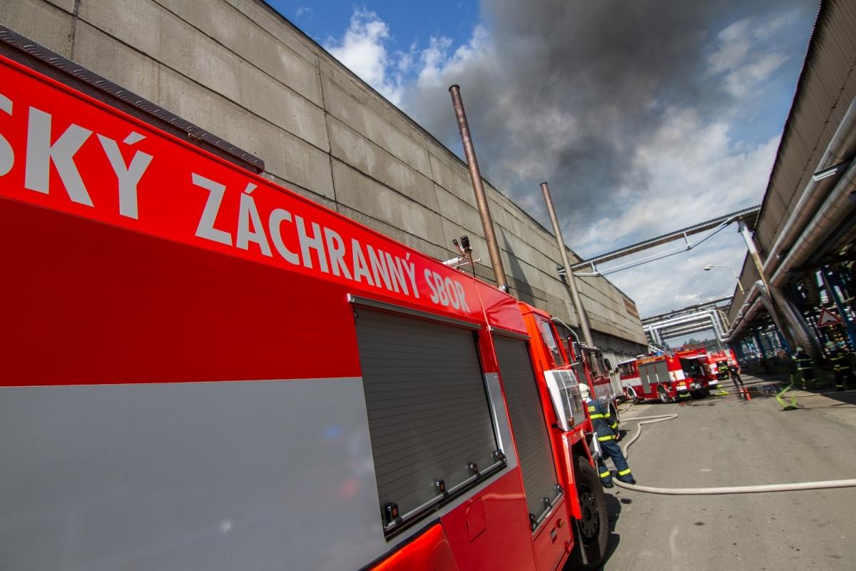 Požár mořírny v Bohumíně hasilo 16 jednotek hasičů
