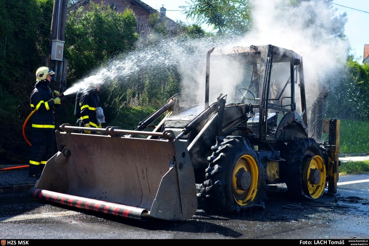 Hasiči v Rychvaldě likvidovali požár traktorbagru
