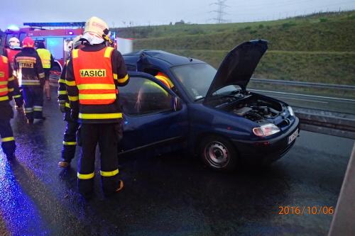 Hasiči na dálnici vyprošťovali řidiče z havarovaného auta