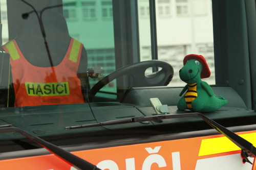 Hasiči v kraji vozí v zásahových autech plyšovou hračku Hasíka