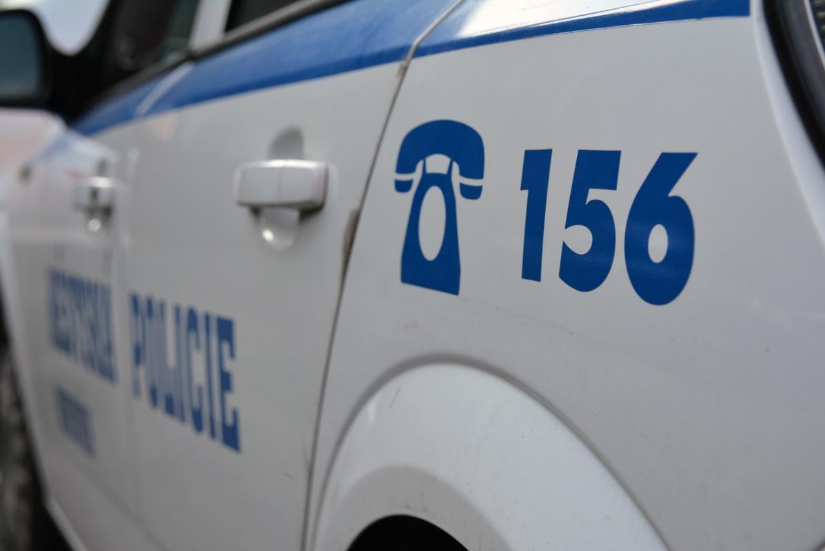 Strážníci zadrželi poblíž supermarketu několik zlodějů