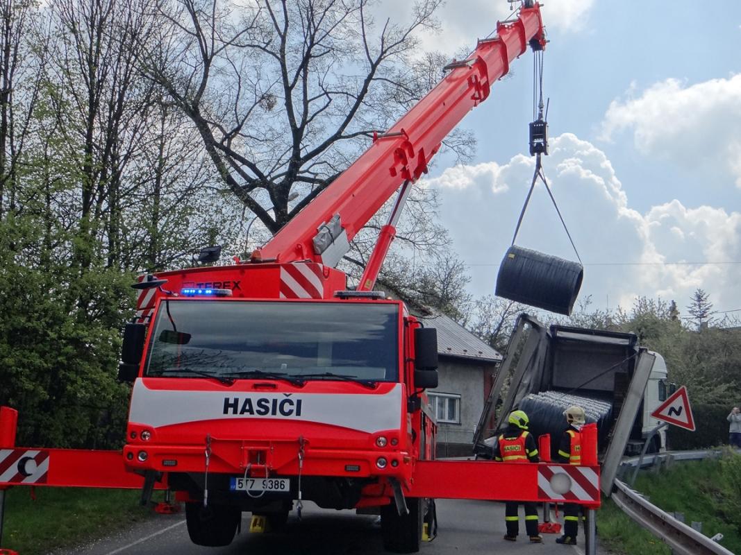 Hasičský jeřáb vyprostil kamion a překládal jeho drátěný náklad