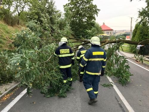 V kraji stovka výjezdů hasičů po podvečerní bouřce