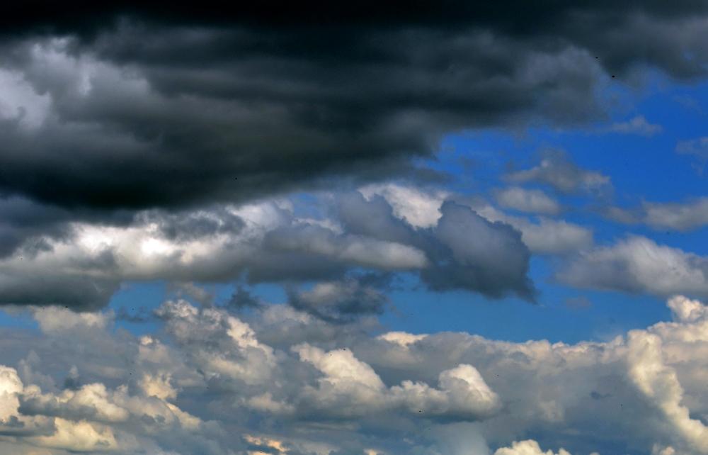 Přes severní Moravu a Slezsko postupuje skupina silných bouřek