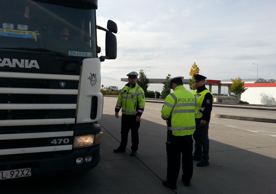Každý devátý kontrolovaný řidič náklaďáku nebo autobusu porušil zákon