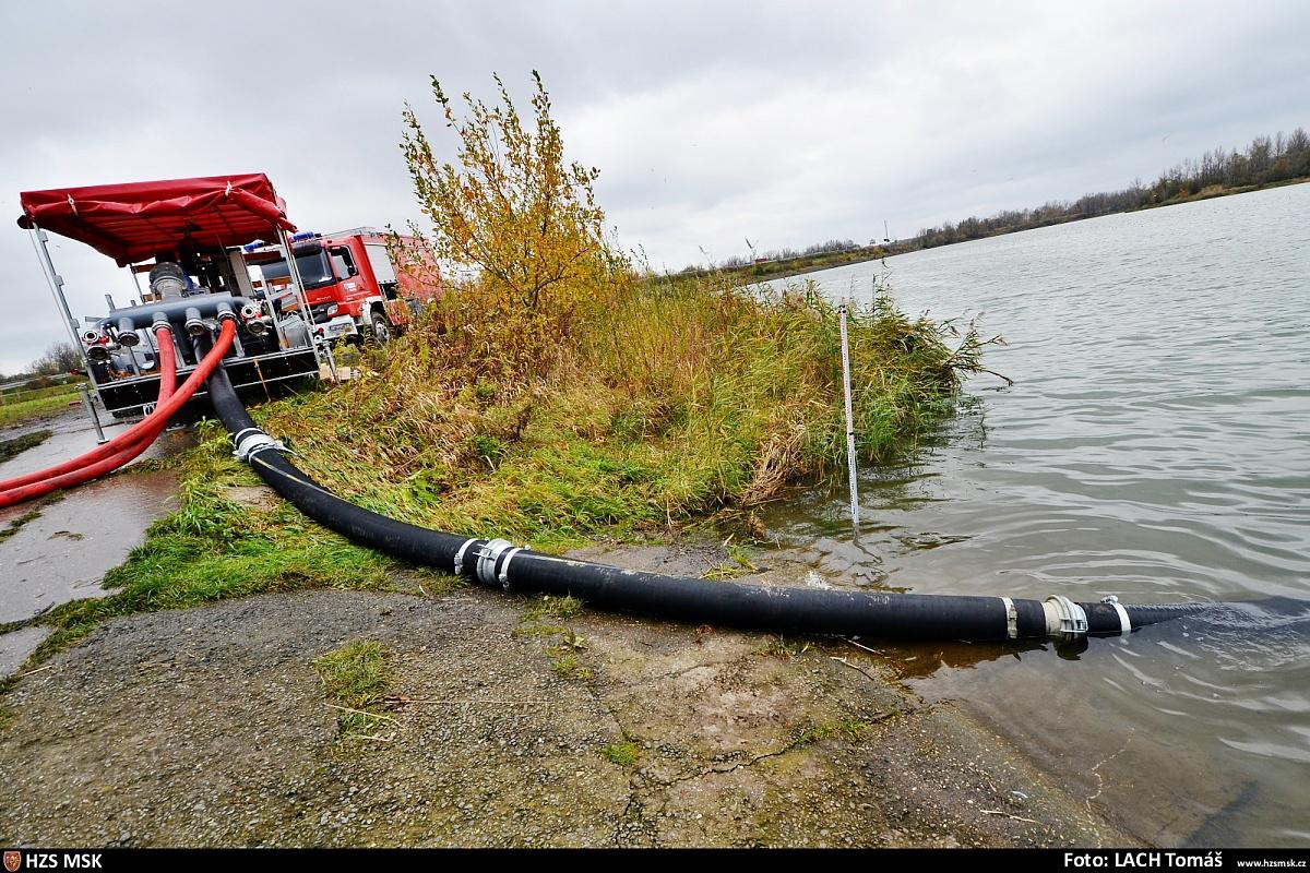 Hasiči nacvičují vysokokapacitní čerpání vody