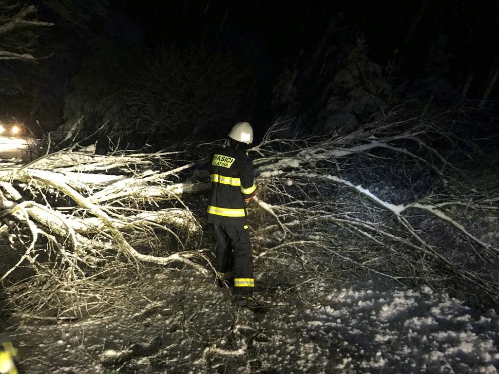 Hasiče zaměstnaly stromy, které nezvládly zatížení mokrým sněhem