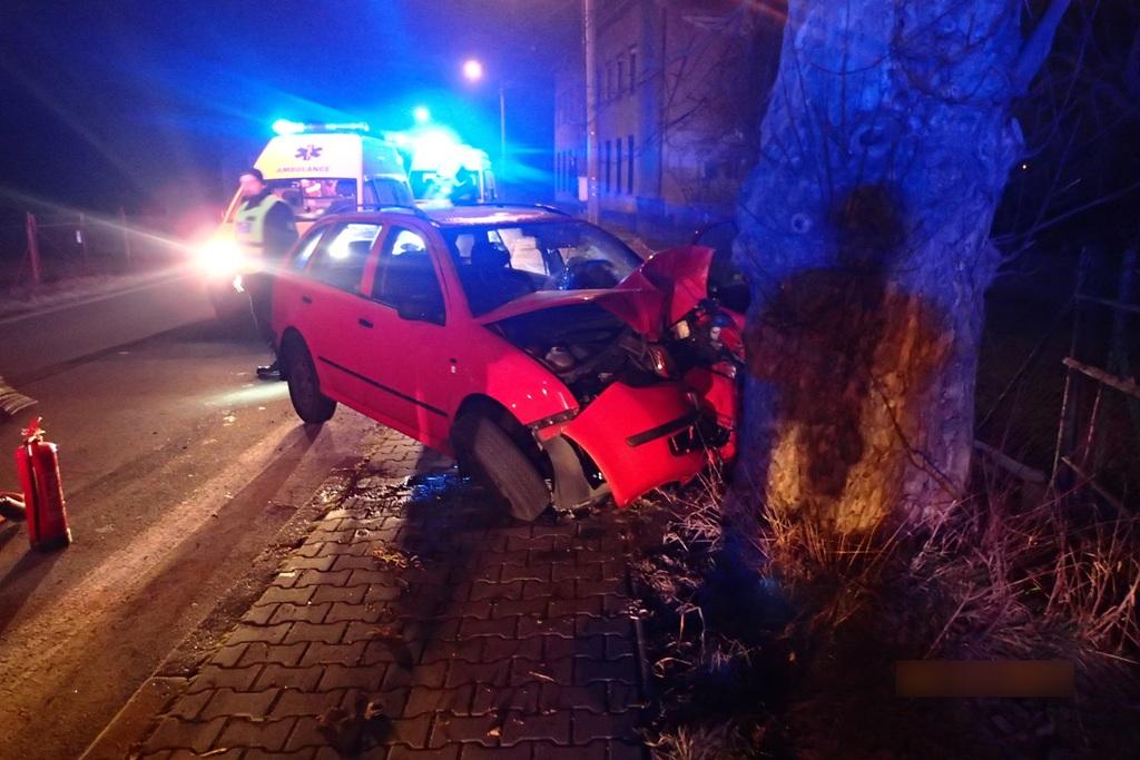 Řidiče museli z havarovaného vozu vyprostit hasiči