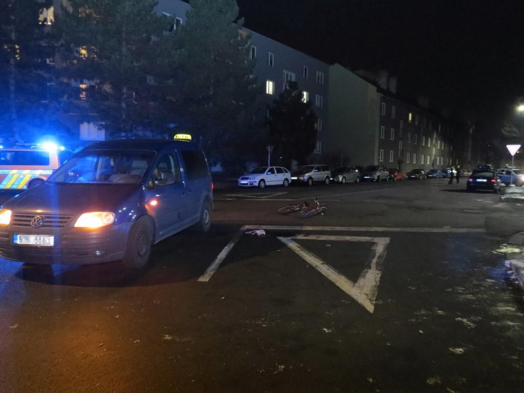 Policisté žádají o pomoc svědky střetu taxíku s cyklistkou