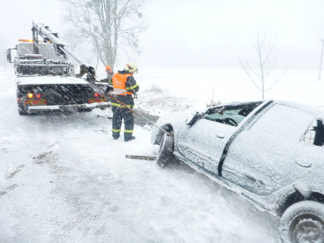V kraji sněží, narostl počet dopravních nehod a havárií