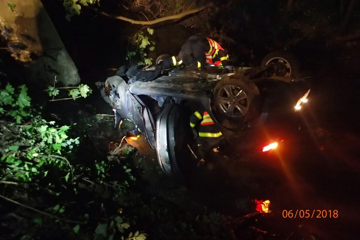 Při noční nehodě v Rychvaldu skončil osobní vůz v potoce