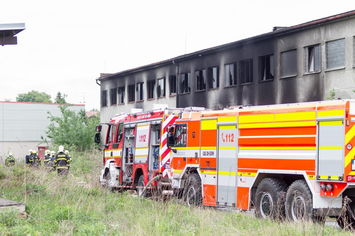 V objektu za Kauflandem hořely zbytky odpadu