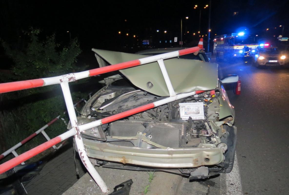 Řidič havaroval s osobním autem do zábradlí železárenského mostu