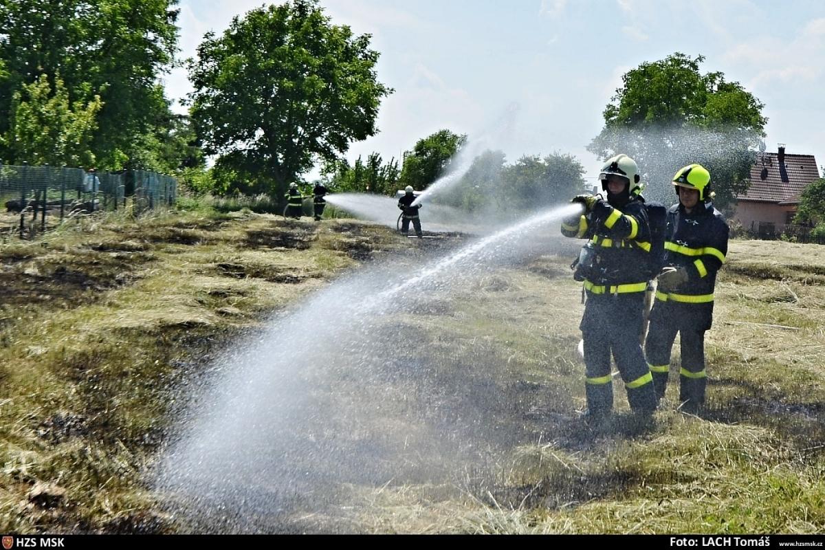 Senior se popálil při zakázaném vypalování trávy