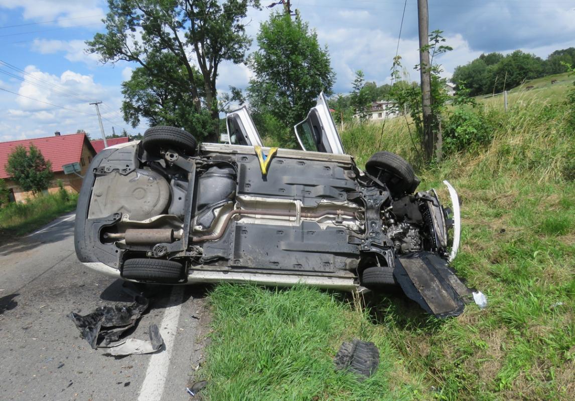 Řidič s automobilem narazil do stromu