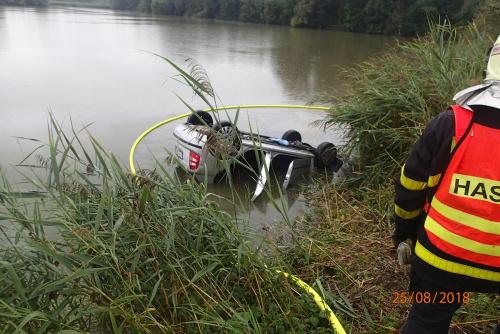 Hasičský jeřáb vylovil z rychvaldského rybníka osobní auto