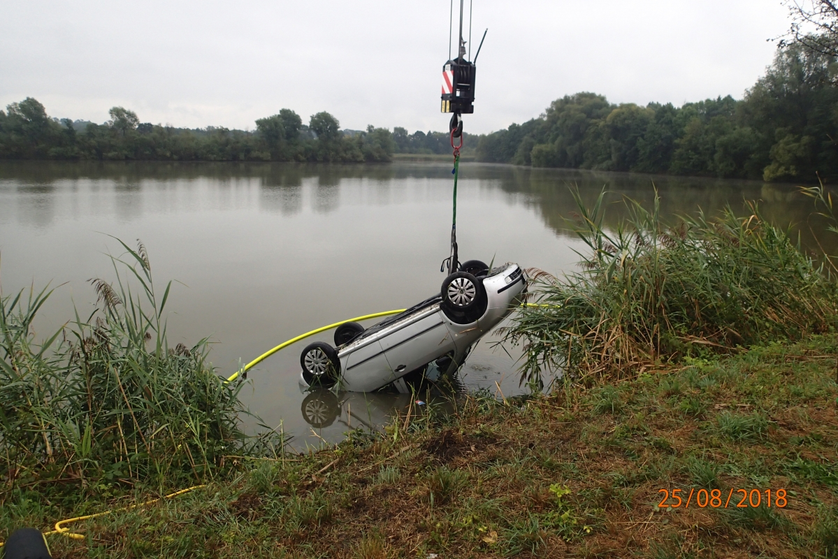 Muže, který sjel s autem do rybníka, zachránil policista v civilu