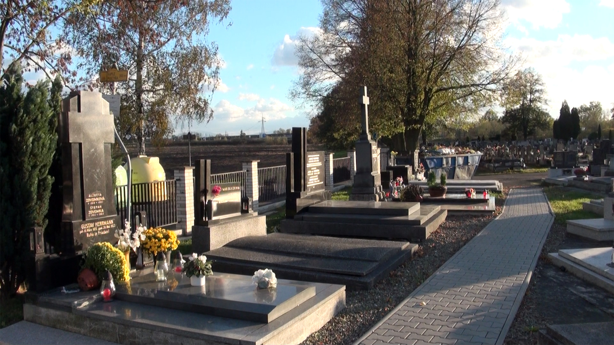 Blíží se Památka zesnulých, pozor na zloděje i sváteční řidiče kloboukáře
