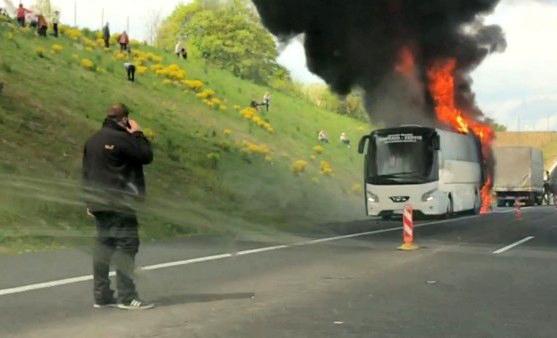 Požár autobusu zastavil provoz na dálnici D1 u Bohumína