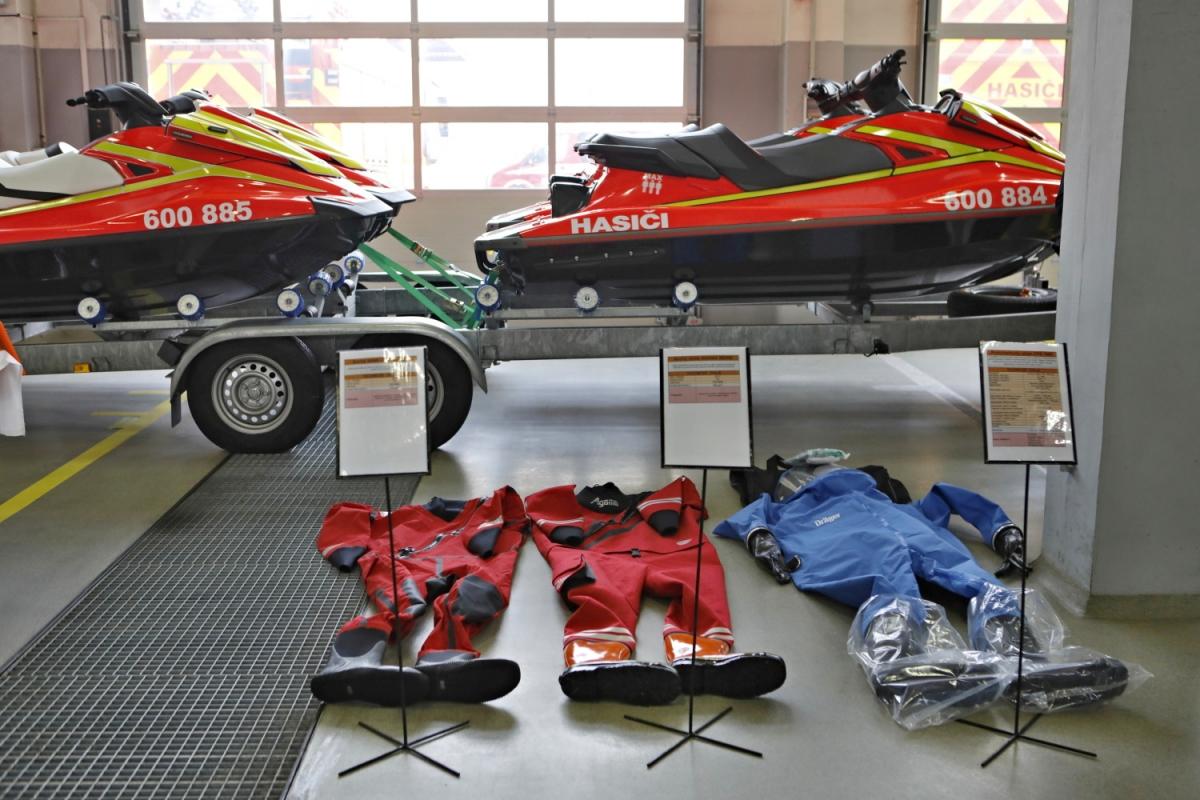 K hasičům do Starého Bohumína putují z kraje čtyři nové zásahové obleky