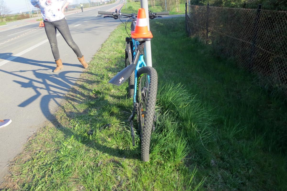 Třináctiletá cyklistka nedala přednost osobnímu autu