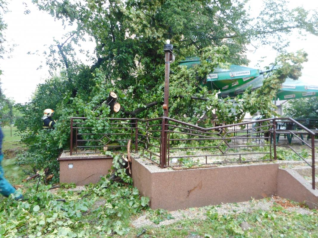 Moravskoslezští hasiči vyjíždějí kvůli počasí