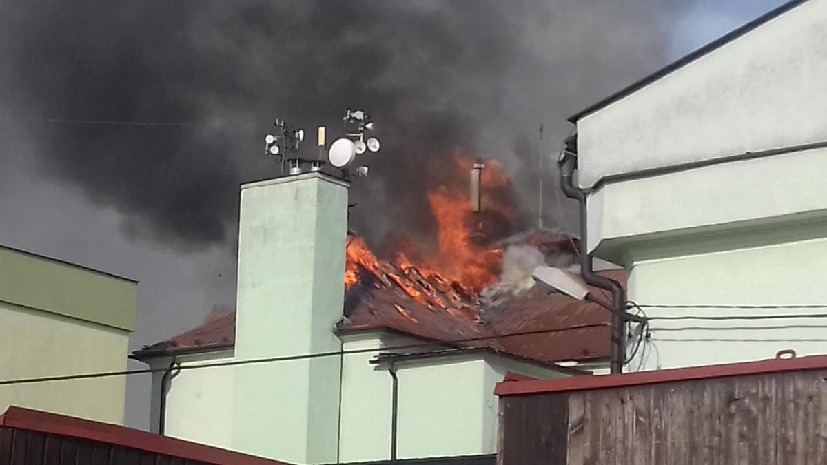 Požár zničil střechu základní školy ve Skřečoni