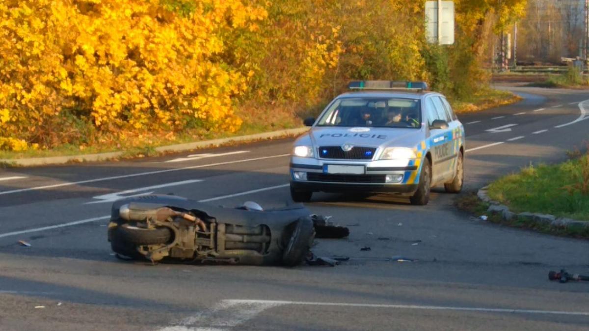 Střet motocyklu s osobním autem u Kauflandu