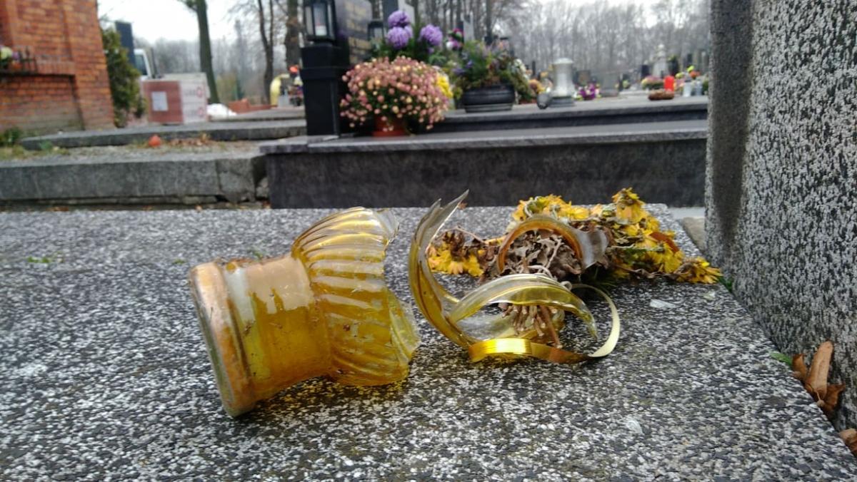 Vandal rozbil okna hřbitovní kapličky, poničil hřbitovní lampičky