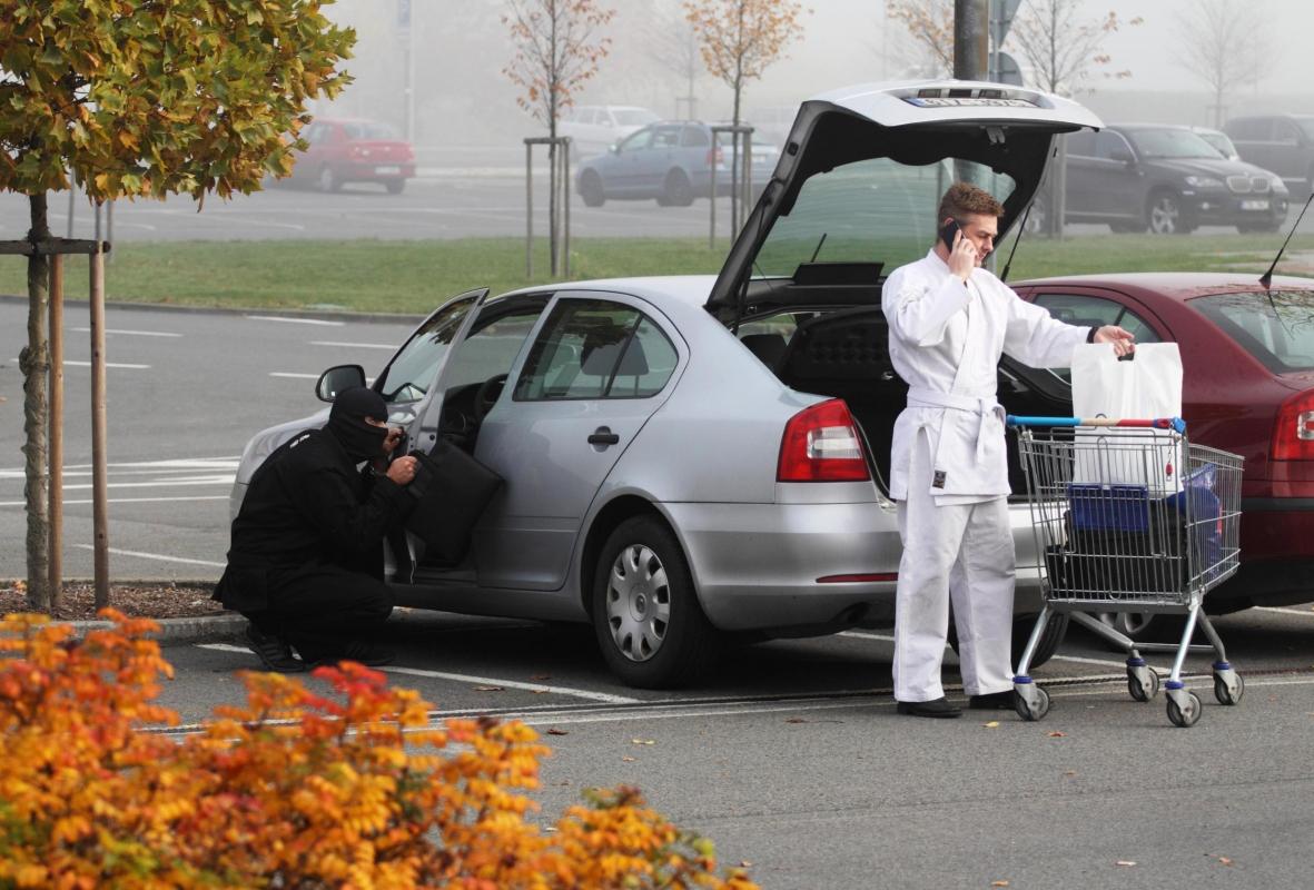 Při nakupování pozor na osobní věci ve vozíku, apelují policisté