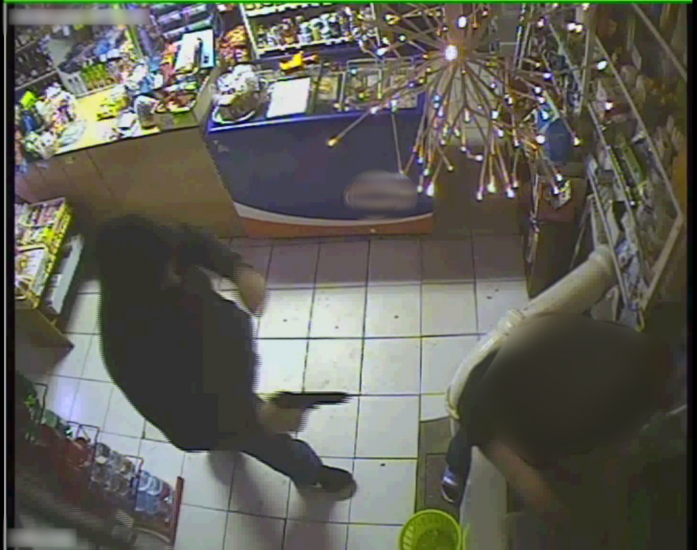 Policisté pátrají po muži, který se zbraní v ruce přepadl večerku s potravinami