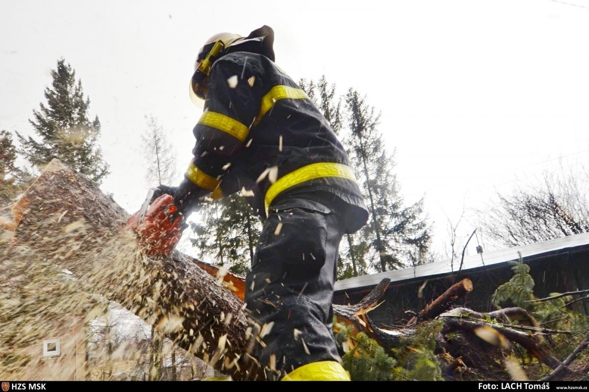 Silný vítr v Moravskoslezském kraji zaměstnával hasiče