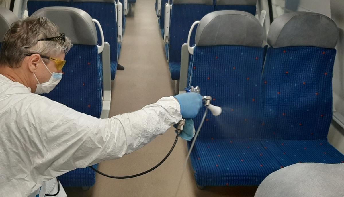Proti virům a bakteriím zkoušejí ve vybraných vlacích speciální nanonástřiky