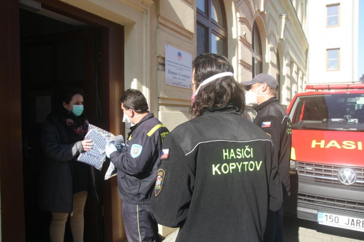Nadace ČEZ podpořila nemocnici, dobrovolné hasiče i seniory, pomáhají i firmy