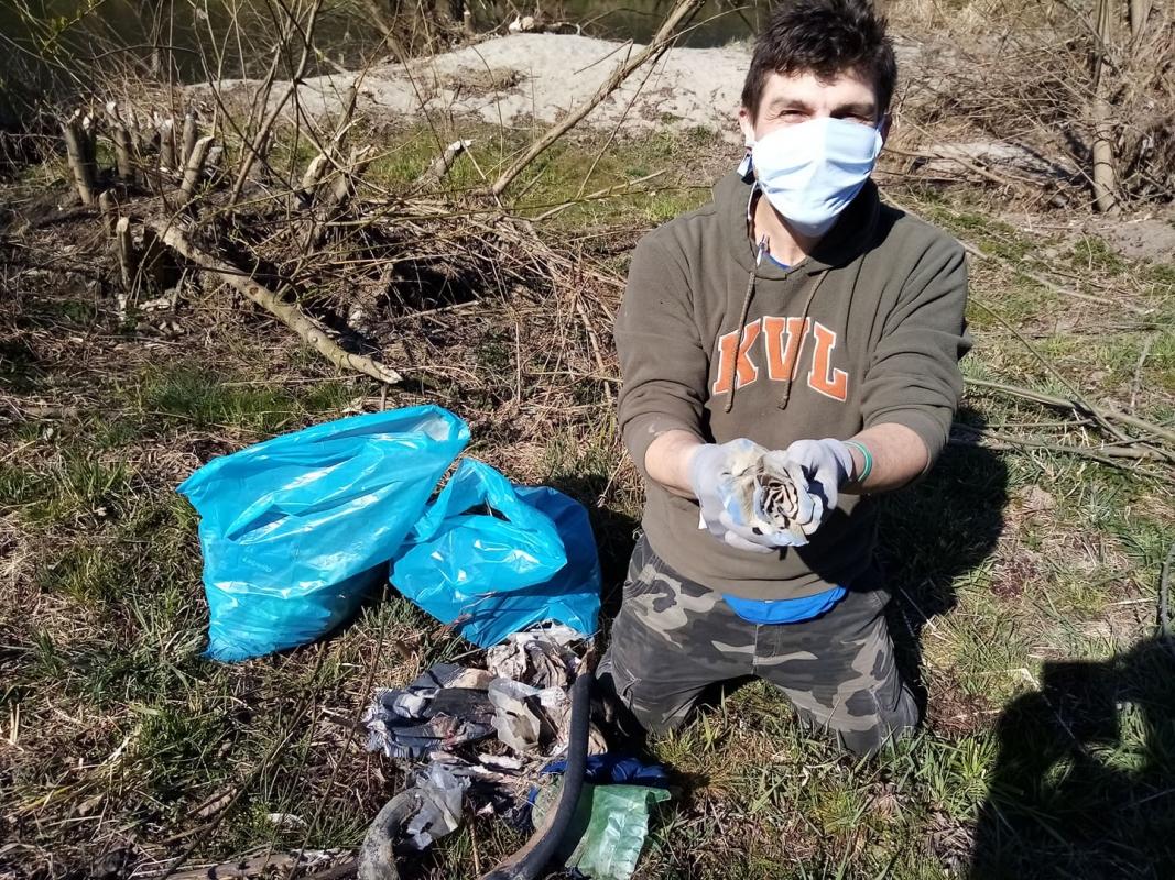 Rouškový úklid přírody zbavil břehy Olše stovek kilogramů odpadu