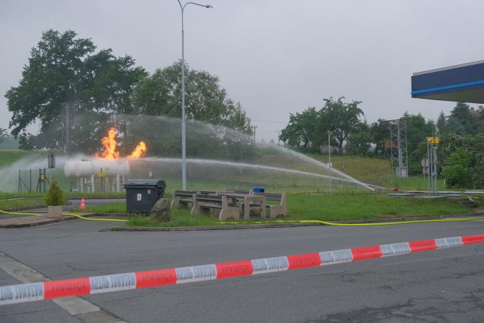 U hořících zásobníků na plyn zasahují v Českém Těšíně také hasiči z Bohumína