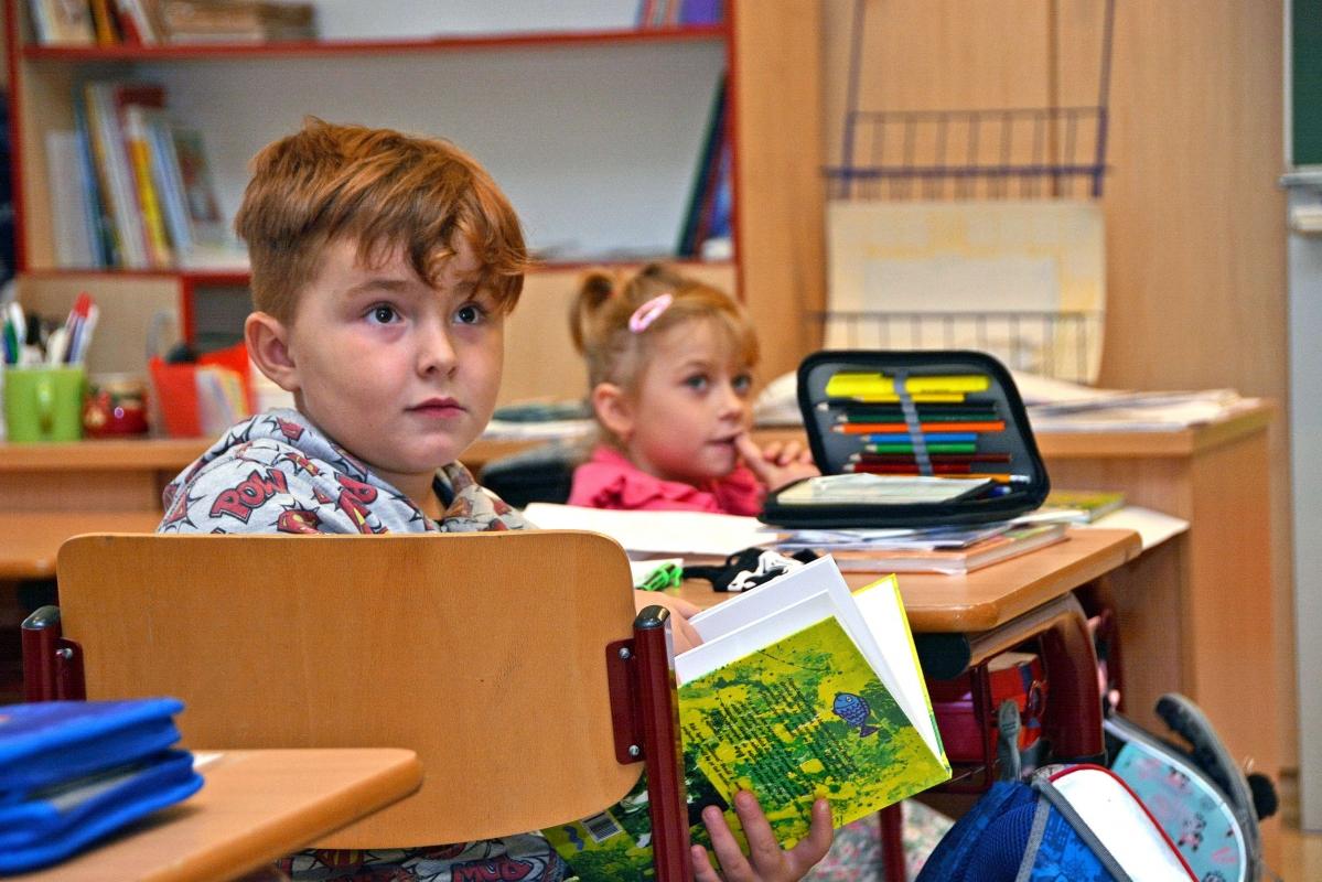 Vodníci  z Bohumína dovezli školákům knihu o kapříku Metlíkovi