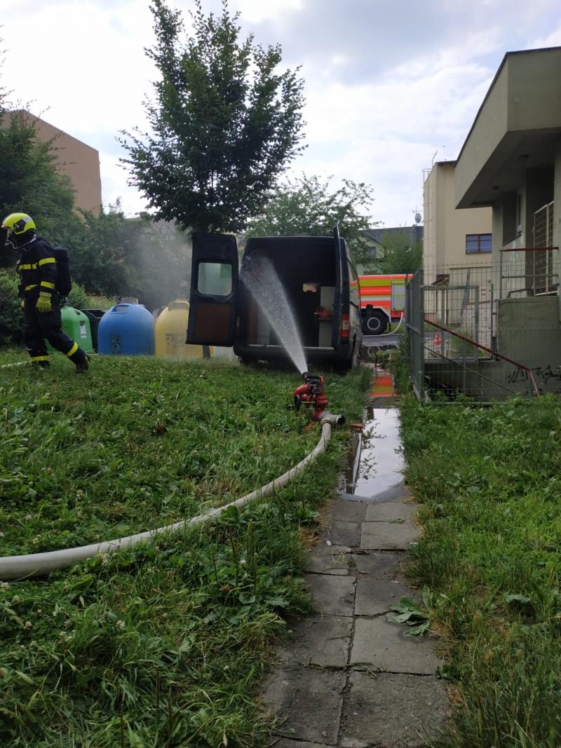 Požár svařovací soupravy uvnitř automobilu, hasiči zasáhli včas