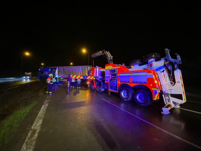 Hasiči v noci vyprošťovali polský kamion na dálnici D1 u Bohumína