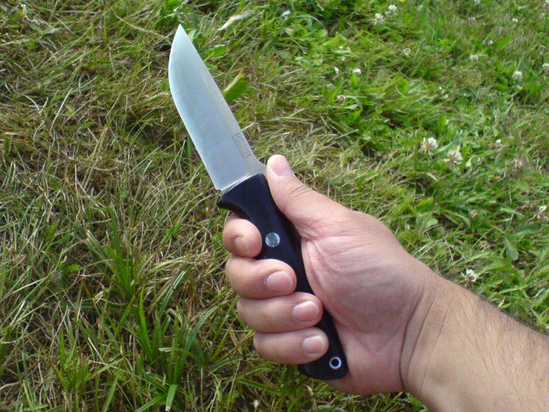 Policisté a strážníci zpacifikovali muže, který vyhrožoval s noži v rukou